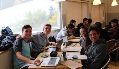 Conoce como los alumnos se reúnen para estudiar materias difíciles